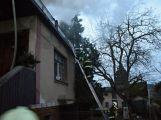Hasiči zachránili ženu při požáru rodinného domu v Příbrami (9)