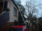 Hasiči zachránili ženu při požáru rodinného domu v Příbrami (8)