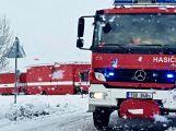 Havarovalo nákladní auto převážející nebezpečné látky, silnice je zcela uzavřena ()
