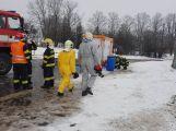 Havarovalo nákladní auto převážející nebezpečné látky, silnice je zcela uzavřena (14)
