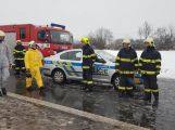 Havarovalo nákladní auto převážející nebezpečné látky, silnice je zcela uzavřena (13)
