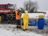 Havarovalo nákladní auto převážející nebezpečné látky, silnice je zcela uzavřena (1)