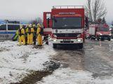 Havarovalo nákladní auto převážející nebezpečné látky, silnice je zcela uzavřena (2)