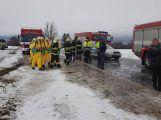 Havarovalo nákladní auto převážející nebezpečné látky, silnice je zcela uzavřena (3)