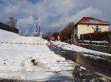 Havarovalo nákladní auto převážející nebezpečné látky, silnice je zcela uzavřena (12)