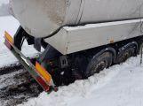 Právě teď: Cisterna plná mléka se neudržela na silnici a sjela do příkopu (7)