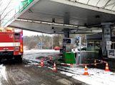 Právě teď: Řidič couval a zdemoloval stojan na čerpací stanici (6)