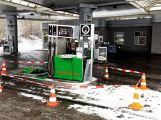Právě teď: Řidič couval a zdemoloval stojan na čerpací stanici (5)