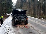 Právě teď: Řidič nezvládl zatáčku a po smyku narazil  přímo do stromu,  pasažérka je zraněná ()