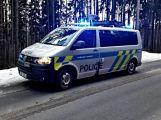 Právě teď: Řidič nezvládl zatáčku a po smyku narazil  přímo do stromu,  pasažérka je zraněná (7)