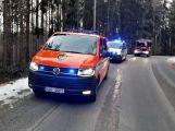 Právě teď: Řidič nezvládl zatáčku a po smyku narazil  přímo do stromu,  pasažérka je zraněná (6)