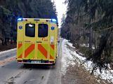 Právě teď: Řidič nezvládl zatáčku a po smyku narazil  přímo do stromu,  pasažérka je zraněná (4)