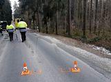 Právě teď: Řidič nezvládl zatáčku a po smyku narazil  přímo do stromu,  pasažérka je zraněná (2)