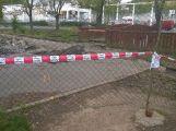 Osamělý hrdina: Včera odpoledne na cyklostezce pracoval jediný dělník (4)