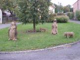 Do zítra jsou v Čenkově figury ze sena, symbolizují roční doby ()