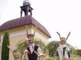 Do zítra jsou v Čenkově figury ze sena, symbolizují roční doby (2)