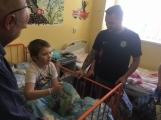 Fotbalisté 1. FK Příbram navštívili nemocné děti, nemocnici darovali 30 tisíc korun (1)