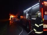 Požár autobusu u Tochovic pohledem hasičů po příjezdu na místo události ()