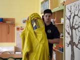V základní škole ve Školní ulici dnes zasahovala Městská policie Příbram, hasiči, zdravotníci i armáda. Naštěstí jen preventivně ve spolupráci s dětmi (19)