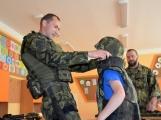 V základní škole ve Školní ulici dnes zasahovala Městská policie Příbram, hasiči, zdravotníci i armáda. Naštěstí jen preventivně ve spolupráci s dětmi (7)