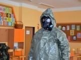 V základní škole ve Školní ulici dnes zasahovala Městská policie Příbram, hasiči, zdravotníci i armáda. Naštěstí jen preventivně ve spolupráci s dětmi (8)