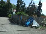 Řidič zboural plot u Oxygenu (2)