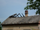 Blesk zapříčinil požár rodinného domu na Příbramsku, škoda je půl milionu korun (8)