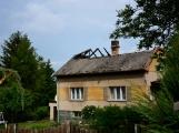 Blesk zapříčinil požár rodinného domu na Příbramsku, škoda je půl milionu korun (7)