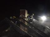 Blesk zapříčinil požár rodinného domu na Příbramsku, škoda je půl milionu korun (9)
