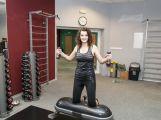 Miss bude cvičit v létě zdarma, některé stroje si hned vyzkoušela (3)