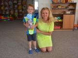 Odměnu za druhé místo ve výtvarné soutěži si odnesly děti ze Solenic ()