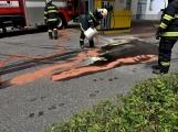 Právě teď: Několik hasičských jednotek zasahuje při požáru nákladního vozidla u čerpací stanice (10)