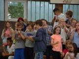 Loučení s Janem Pechlákem, ředitelem základní školy na Březových Horách, se neobešlo bez slz. Dojemné rozloučení přichystal pro svého nadřízeného pedagogický sbor i žáci (2)