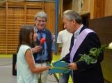 Loučení s Janem Pechlákem, ředitelem základní školy na Březových Horách, se neobešlo bez slz. Dojemné rozloučení přichystal pro svého nadřízeného pedagogický sbor i žáci (12)