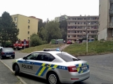 """Aktuálně: Nahlášený požár výškové budovy povolal několik jednotek hasičů. Na místě se zjistilo, že se """"jen"""" griluje na balkoně ()"""