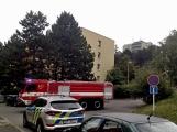 """Aktuálně: Nahlášený požár výškové budovy povolal několik jednotek hasičů. Na místě se zjistilo, že se """"jen"""" griluje na balkoně (13)"""