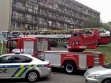 """Aktuálně: Nahlášený požár výškové budovy povolal několik jednotek hasičů. Na místě se zjistilo, že se """"jen"""" griluje na balkoně (12)"""