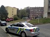 """Aktuálně: Nahlášený požár výškové budovy povolal několik jednotek hasičů. Na místě se zjistilo, že se """"jen"""" griluje na balkoně (9)"""