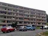 """Aktuálně: Nahlášený požár výškové budovy povolal několik jednotek hasičů. Na místě se zjistilo, že se """"jen"""" griluje na balkoně (7)"""