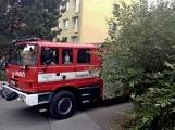 """Aktuálně: Nahlášený požár výškové budovy povolal několik jednotek hasičů. Na místě se zjistilo, že se """"jen"""" griluje na balkoně (6)"""