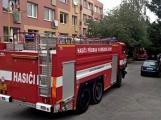 """Aktuálně: Nahlášený požár výškové budovy povolal několik jednotek hasičů. Na místě se zjistilo, že se """"jen"""" griluje na balkoně (5)"""