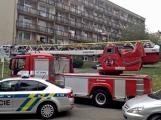 """Aktuálně: Nahlášený požár výškové budovy povolal několik jednotek hasičů. Na místě se zjistilo, že se """"jen"""" griluje na balkoně (3)"""