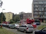"""Aktuálně: Nahlášený požár výškové budovy povolal několik jednotek hasičů. Na místě se zjistilo, že se """"jen"""" griluje na balkoně (2)"""
