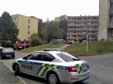 """Aktuálně: Nahlášený požár výškové budovy povolal několik jednotek hasičů. Na místě se zjistilo, že se """"jen"""" griluje na balkoně (15)"""