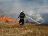 Boj s ohnivým živlem krok za krokem. Hasiči zdolávají požár pole u Horčápska. (17)