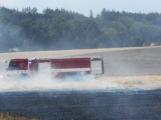 Boj s ohnivým živlem krok za krokem. Hasiči zdolávají požár pole u Horčápska. (20)