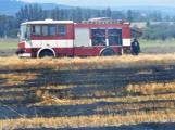 Boj s ohnivým živlem krok za krokem. Hasiči zdolávají požár pole u Horčápska. (21)