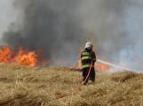 Boj s ohnivým živlem krok za krokem. Hasiči zdolávají požár pole u Horčápska. (22)