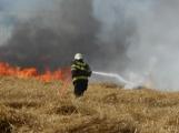 Boj s ohnivým živlem krok za krokem. Hasiči zdolávají požár pole u Horčápska. (24)