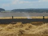 Boj s ohnivým živlem krok za krokem. Hasiči zdolávají požár pole u Horčápska. (28)
